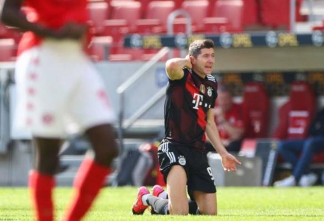 Lewandowski tái xuất trừng phạt Hack, Bayern lại thua đau
