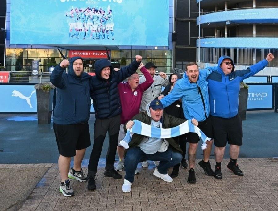 Phát chán khi CĐV Man City ăn mừng danh hiệu... thua cả không khí tại OTF
