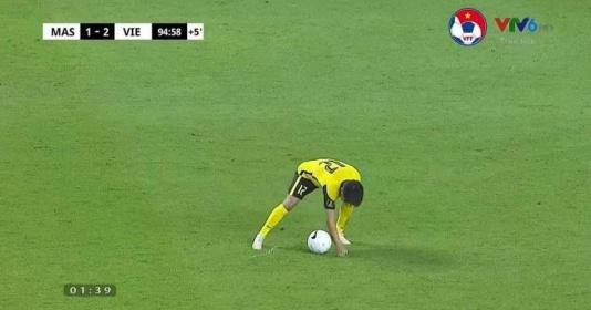 Cầu thủ Malaysia có pha gian lận không thấy ngượng
