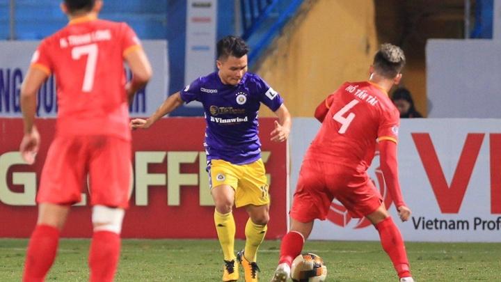Quang Hải lại sắm vai người hùng, Hà Nội FC leo lên đầu bảng
